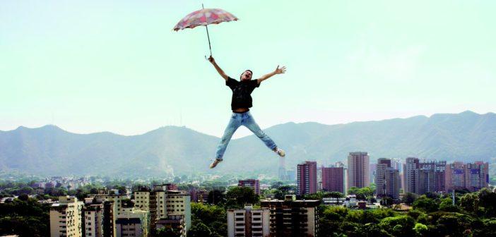 Изображение - Как выписаться из квартиры, если находишься в другом городе Doma-chelovek-s-zontom-A-man-with-umbrella_preview-702x336